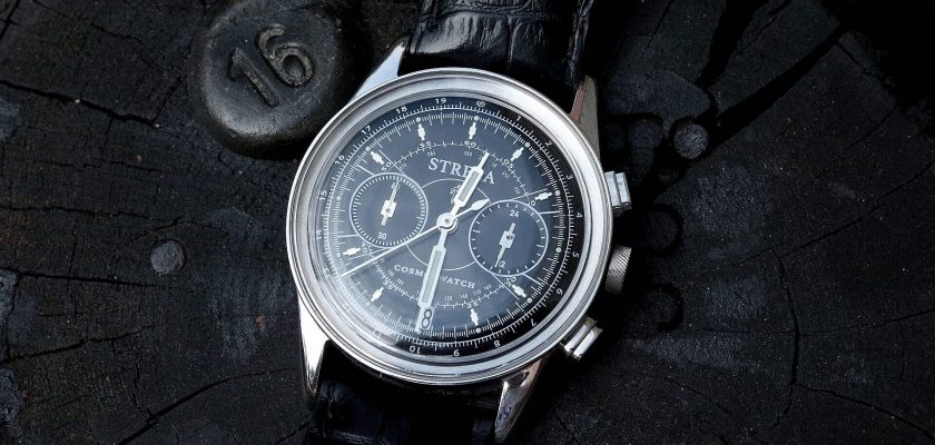 Blakc strela watch on black wood